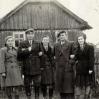 Młodzieńcy (od lewej): I. Ślusarz, nieznana osoba, E. Ślusarz, J. Ślusarz, J. Świerz - Archiwum Wiktora Bubniaka