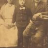 Wojciech Knapik z żoną Agatą z domu Szurek i wnukiem Władysławem Knapikiem (ok. 1918) - Archiwum Fryderyka Knapika