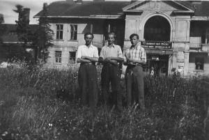 Przed dworem wLipinkach - przełom lat 40/50 XX wieku. Archiwum Marii Zajdel