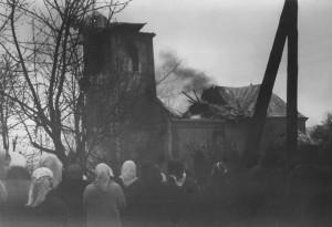 Płonący kościół izgromadzeni ludzie - © ks.Ignacy Piwowarski 1972