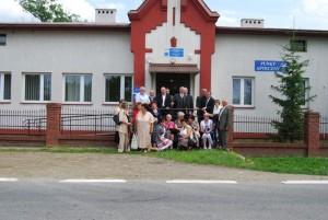 Absolwenci przeddawnym budynkiem szkoły wKrygu