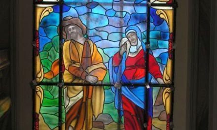 Trzeci witraż zabytkowego kościoła wLipinkach naswoim miejscu