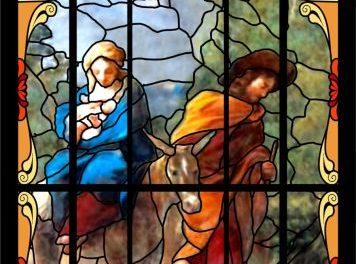 Ostatni witraż zabytkowego kościoła wLipinkach naWielkanoc