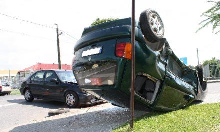 Wypadek wKrygu – VW Polo dachował