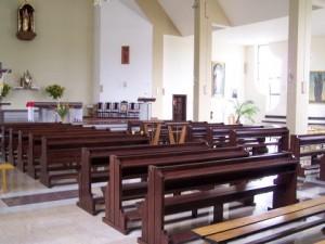 Nowy kościół - ławki już stoją