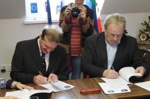 Wójt Czesław rakoczy iStarosta Paweł Celuch podpisują umowę owspółpracy - © Popielarz
