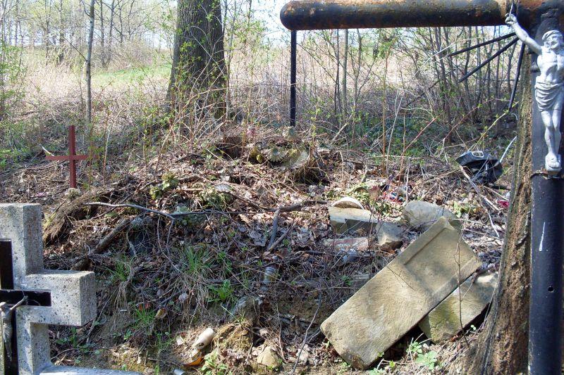 Stary cmentarz wLipinkach czeka nawiosenne porządki