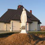 Druga figura Niepokalanej obok nowego kościoła wLipinkach