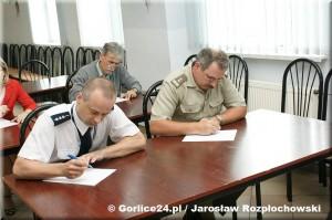 Jan Ślusarz podczas pisania dyktanda