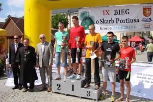 dekoracja najlepszych biegaczy - IX Bieg Uliczny oSkarb Portiusa wKrośnie (fot.Paweł Smędowski - Facebook)