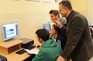 Grupa uczniów znauczycielem Sławomirem Dedą podczas pracy