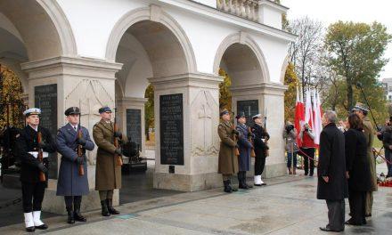 Sierżant szt. Piotr Jurusik przy Grobie Nieznanego Żołnierza