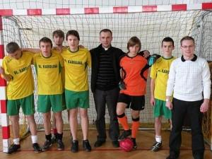 Ks. Rafał Brej jest pasjonatem piłki nożnej - fot.http://lsoblkarolina.futbolowo.pl