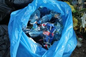 Takie śmieci znaleźć można nastarym cmentarzu
