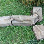 WLipinkach odkopano XIX-wieczny kamienny krzyż