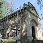 Trwa remont dachu Kaplicy Straszewskich nastarym cmentarzu wLipinkach