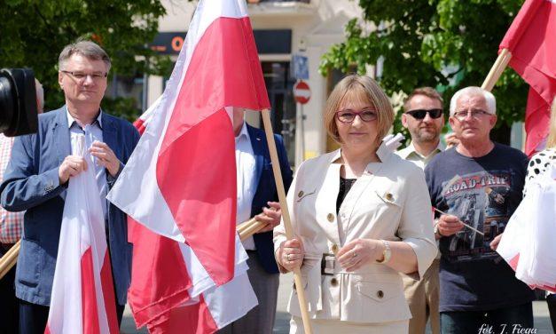 Poseł Barbara Bartuś rozdawała flagi