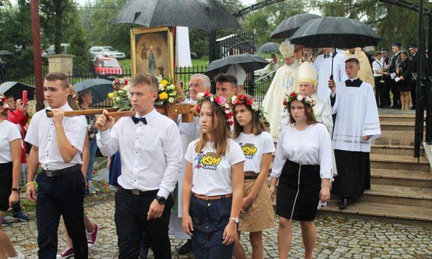 Obraz MB Królowej Świata uroczyście wprowadzony dostarego kościoła wLipinkach