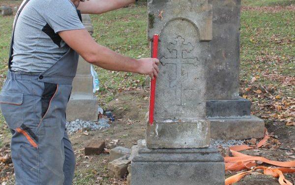 Kamienne nagrobki nastarym cmentarzu wLipinkach znów stoją!