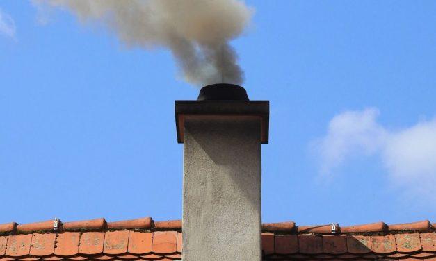 Mieszkańcy gminy zgłaszają dymiące kominy sąsiadów. Wmarcu już pięć ekointerwencji!