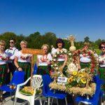 Koło Gospodyń Wiejskich zWójtowej nadiecezjalnych dożynkach wRzeszowie